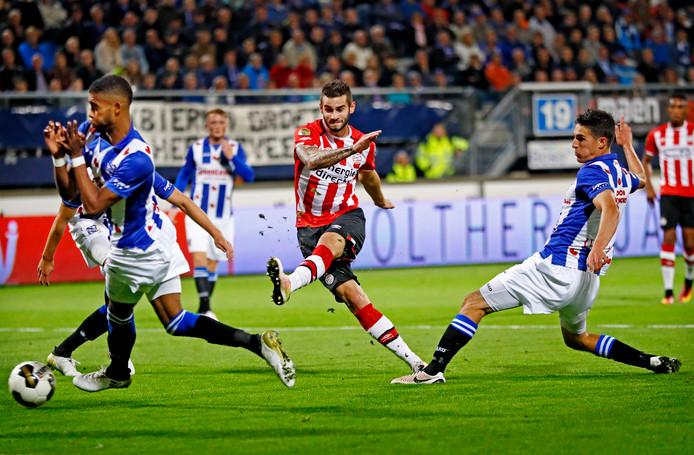 Een doelpoging van Gastón Pereiro tijdens de laatste editie van sc Heerenveen - PSV (1-1).