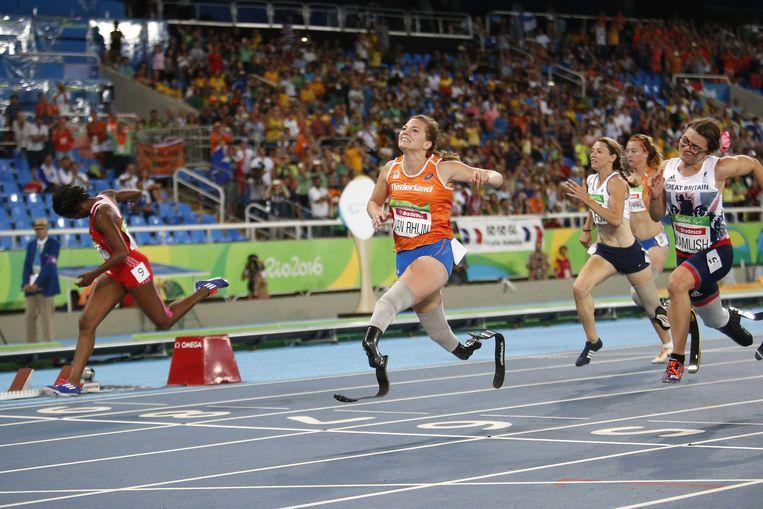 Marlou van Rhijn op weg naar het olympische goud in de finale van de klasse T44 op de Spelen van Rio. Beeld ANP