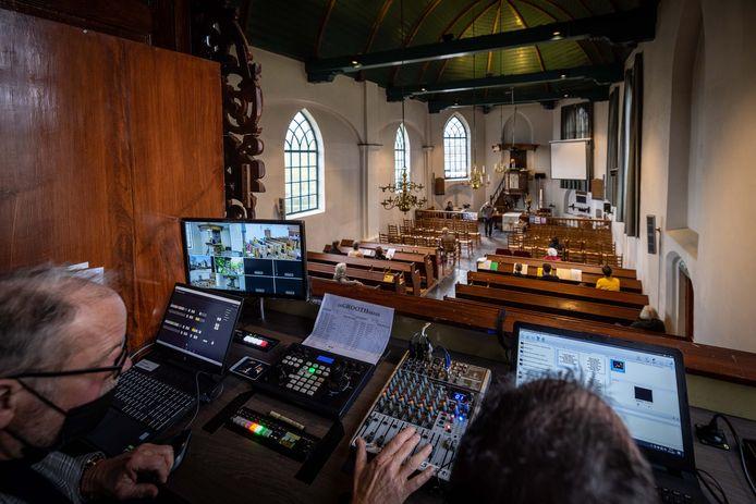 Henk de Grooth is de technicus die Jacques Zomer (rechts) uitlegt hoe het allemaal werkt. Nu krijgt Zomer nog begeleiding, de volgende weken verzorgen de vrijwilligers van de PKN-gemeente in Wanneperveen de uitzending op de kerktelevisie zelf.