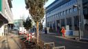 Het eerste deel van de Vestdijk in Eindhoven is zo goed als klaar. Deze week wordt er de laatste hand aan gelegd. Het asfalt rechts is het nieuwe dubbelzijdige fietspad.