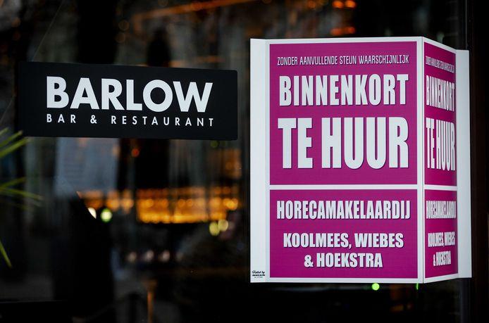 Op het raam van een gesloten café hangt een verhuurbord met de tekst: Binnenkort te huur. Door de lockdown is de horeca al lange tijd gesloten en vreest de sector voor faillissementen.