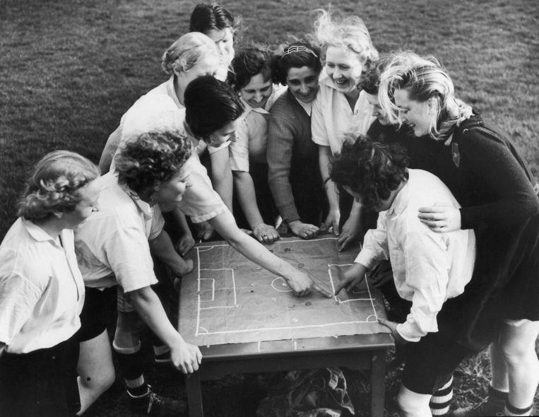 1939.Lily Parr (midden links) bespreekt de tactiek met de Preston Ladies FC. Beeld Getty Images
