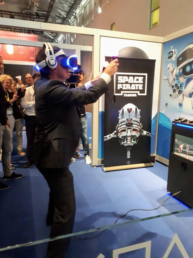 Mediaminister Sven Gatz mocht op Gamescom de Playstation-versie van het Belgische virtual-realityspel 'Space Pirate Trainer' testen. Beeld RV
