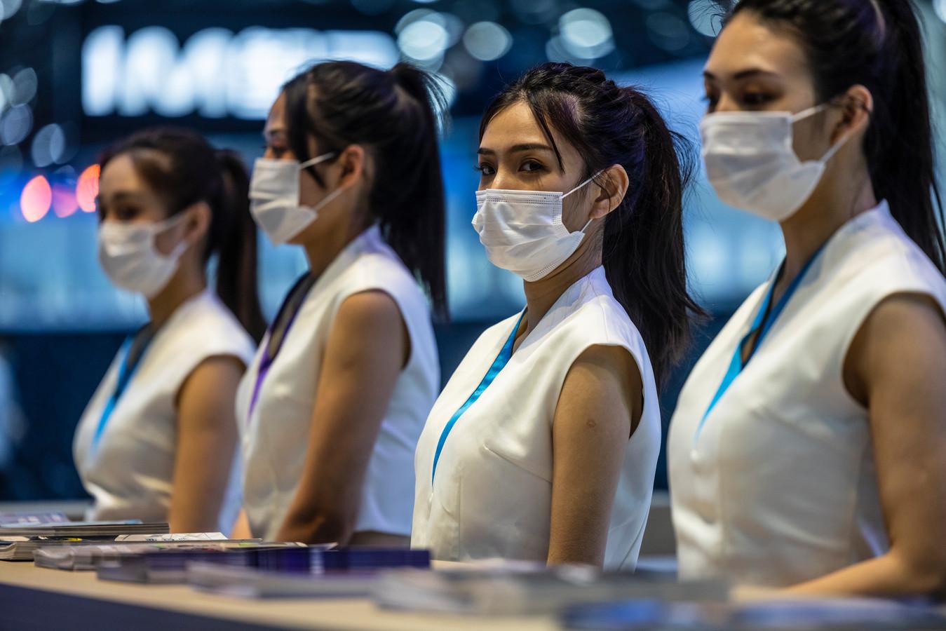 Gastvrouwen op de stands dragen steevast mondkapjes.