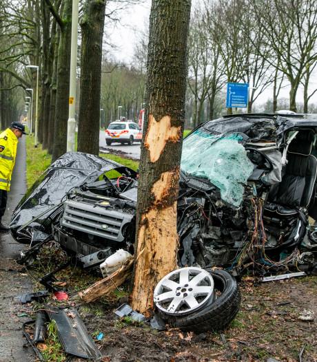 Twee gewonden bij zware aanrijding bij Velp, slachtoffer zat uur bekneld in auto