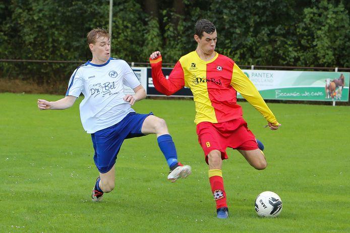 Martijn Michiels van Netersel (links) in actie tegen Casteren. Hij maakte voor Netersel twee doelpunten tegen Irene.