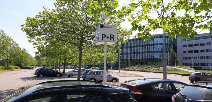 Het P+R-terrein vlak bij het spoor.