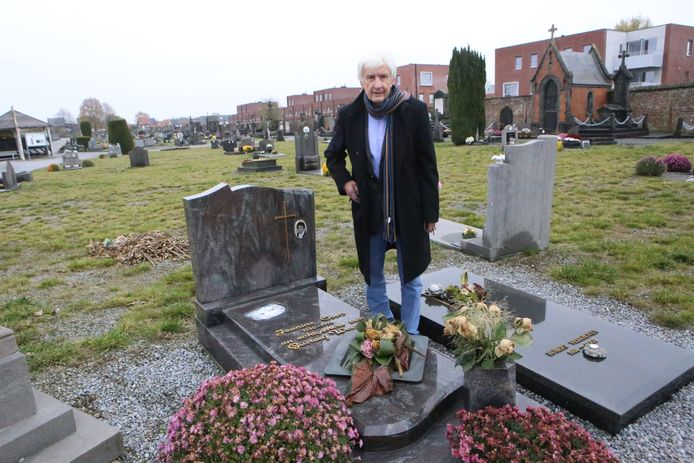 Gustaaf aan het graf van zijn overleden echtgenote.