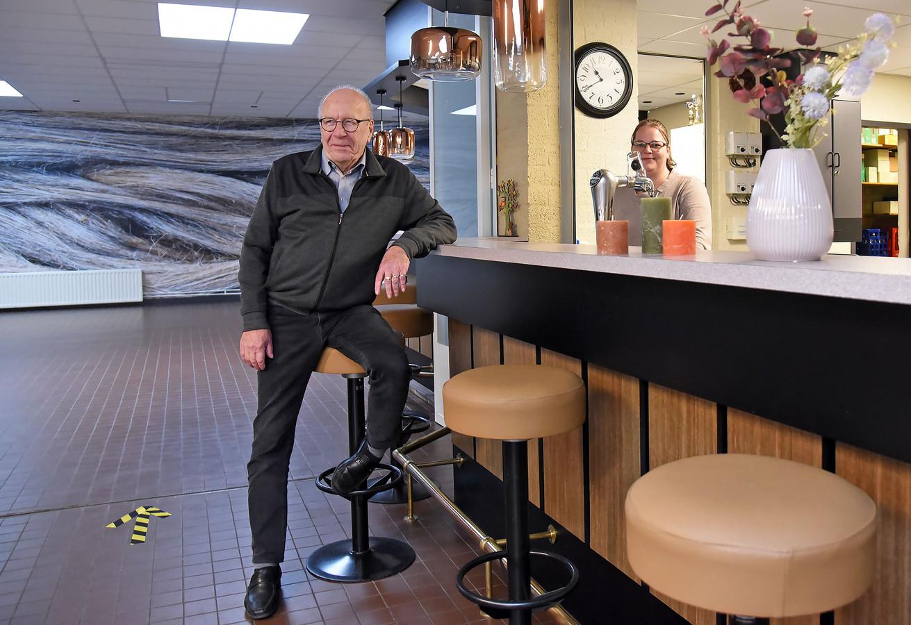 Voorzitter Carlo de Vries en medewerkster Priscilla Thijs aan de vlas-bar in het vernieuwde dorpshuis 't Heike in Heikant.