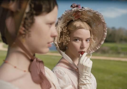 Mia Goth (linkst) als Harriet Smith en Anya Taylor-Joy als Emma Woodhouse in de nieuwe verfilming van de klassieker van Jane Austen.