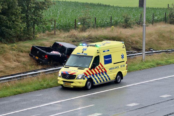 Op de A1 bij De Lutte is zaterdagavond door een nog onbekende oorzaak een auto van de weggeraakt.