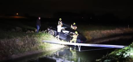 Twee gewonden doordat Tesla uit de bocht vliegt en in de sloot belandt in Tiel
