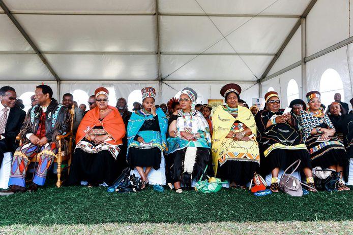 Le sei mogli del defunto re Goodwill Zwelithini (seconda da sinistra): Sibongile Dlamini, Buhle Mathe, Mantfombi Dlamini, Thandekile Ndlovu, Nompumelelo Mamchiza e Zola Mafu nel 2013.