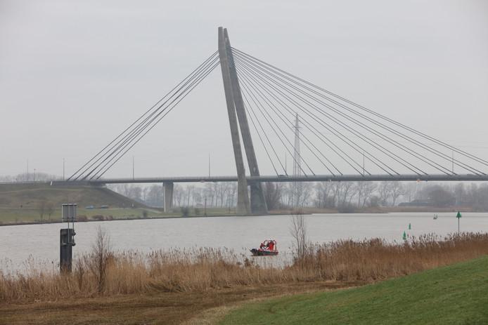 De politie zoekt bij de Eilandbrug in Kampen naar een vermiste vrouw.