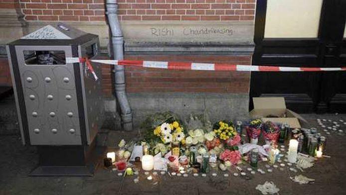 Bloemen voor de doodgeschoten Rishi C. op het perron van treinstation Hollands Spoor.