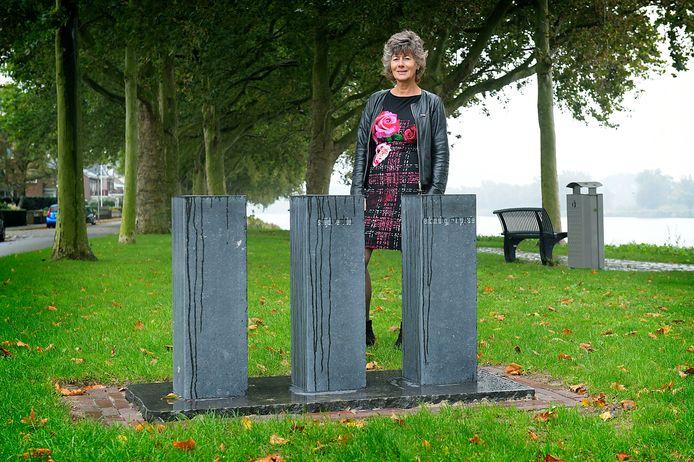 Anja van der Starre bij de sokkels van het monument ter nagedachtenis aan de Merwedegijzelaars aan de Adriaan Volkersingel in Sliedrecht. Vandaag is de onthulling.