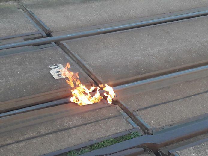 In de Dokter Eduard Moreauxlaan ontstond dinsdagmorgen brand aan de tramsporen.