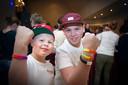Youri en zijn maatje Dirk destijds  tijdens de verkoop van de polsbandjes in partycentrum De Linde in Groesbeek.