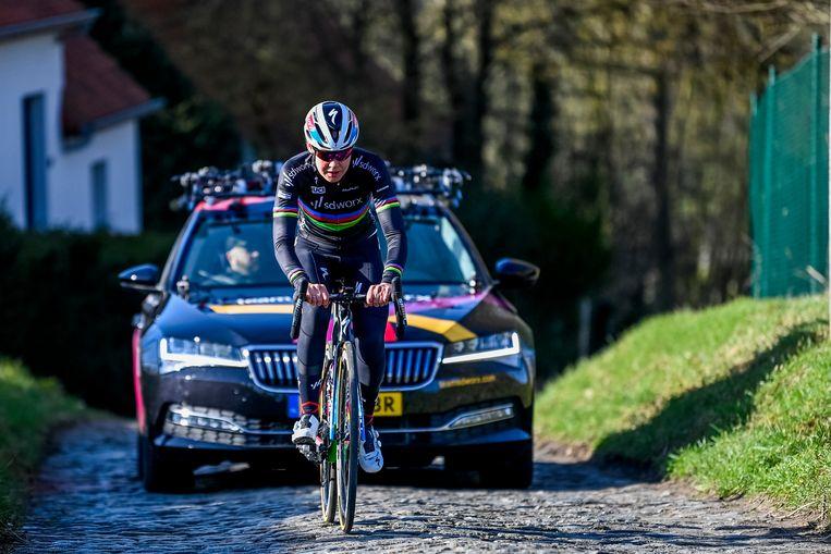 Anna van der Breggen tijdens de verkenning van het parcours voor Omloop het Nieuwsblad.  Beeld BELGA
