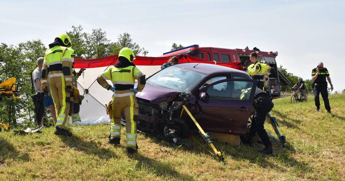 Drie zwaargewonden bij frontale autobotsing in Gameren.