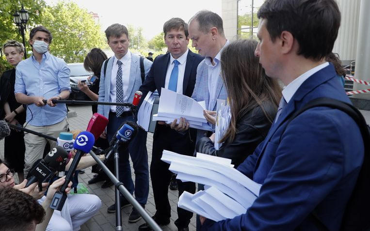 De advocaten die Navalny's medestanders verdedigen buiten aan de rechtbank. Beeld EPA