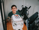 Angelo Dorny bij de broedmachine, die constant gefilmd wordt. De beelden komen terecht op YouTube.