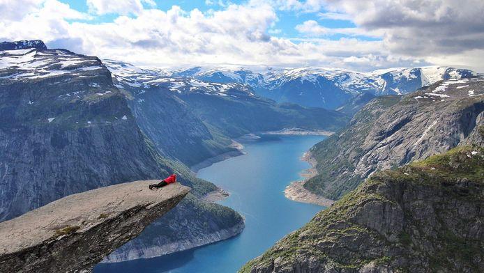 De Trolltunga-klif, een populaire toeristische attractie in het westen van Noorwegen.