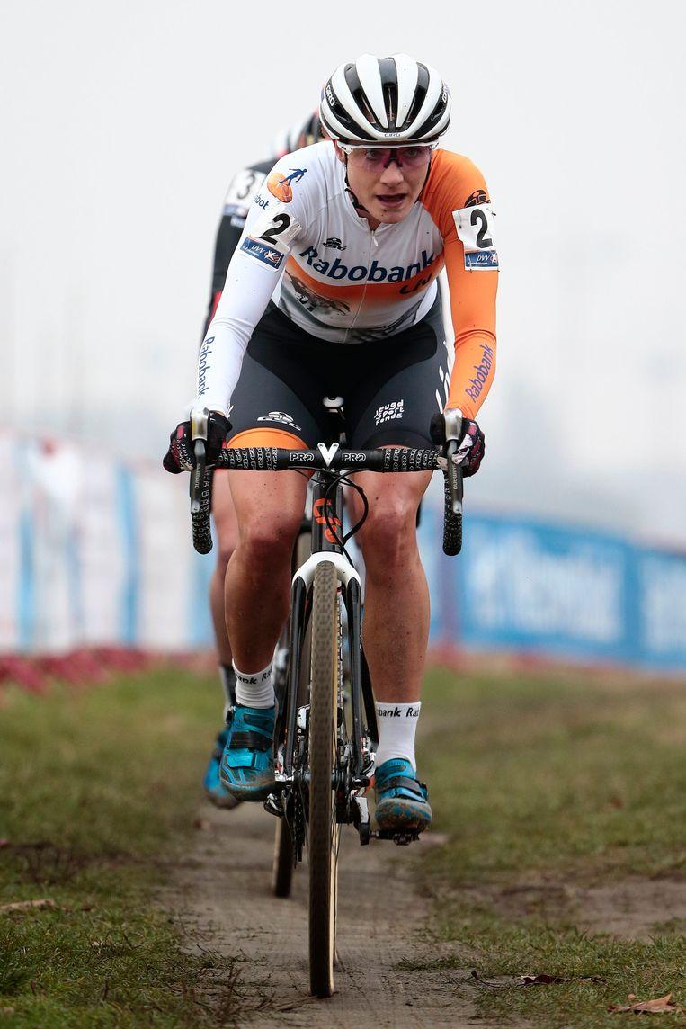 De 29-jarige Marianne Vos stond na bijna twee jaar weer eens in de modder en reed in de Scheldecross in Antwerpen direct naar de vierde plaats Beeld Photo News