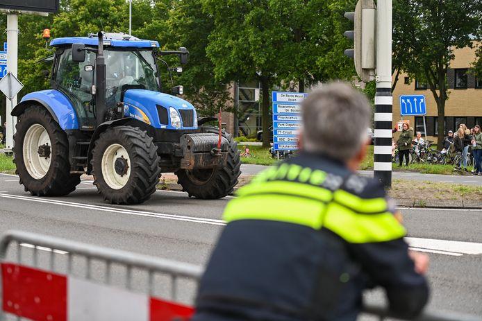 Tractoren rijden rond bij het politiebureau in Assen, dat uit voorzorg werd afgezet met politiebusjes. Zo'n vijftig boeren werden opgepakt bij een protest bij het Drentse Wijster.