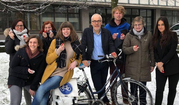 Cultuurschepen Bart Plasschaert (CD&V) viert Gedichtendag met onder andere de medewerkers van de dienst cultuur.