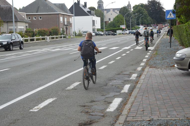 De fietspaden op de Halsesteenweg liggen er slecht bij.