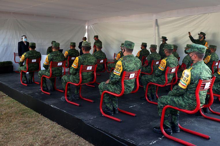 Militairen krijgen in Mexico-Stad instructie voor de begeleiding van de corona-vaccinatiecampagne.  Beeld Getty Images