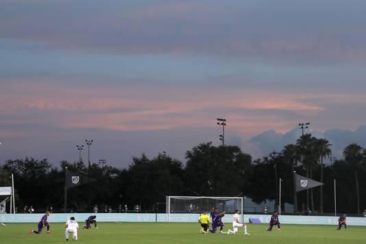 Spelers van Orlando City en Inter Miami knielen voor het eerste duel van MLS is Back.