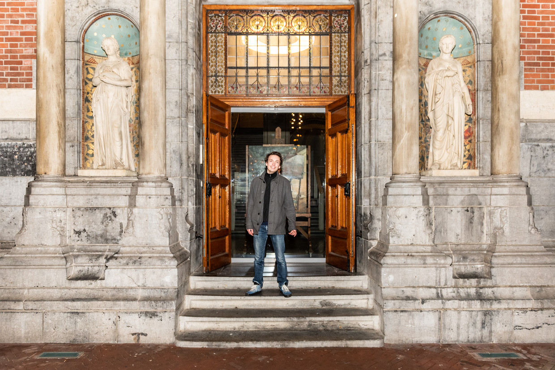 Wolf Hekkema, winnaar van Project Rembrandt 2020. Hier bij zijn schilderij Hou vast, achter het glas in het Rijksmuseum. Het werk is te bezichtigen door een raam aan de voorzijde van het museum aan de Stadshouderkade.  Beeld Simon Lenskens
