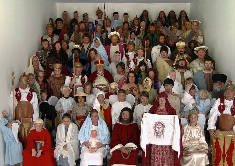 De figuranten van de Heilig Bloedprocessie in vol ornaat. Deze foto is onderdeel van het kunstwerk 'A day in the life of the Holy Blood' van kunstenaar Koen Theys.