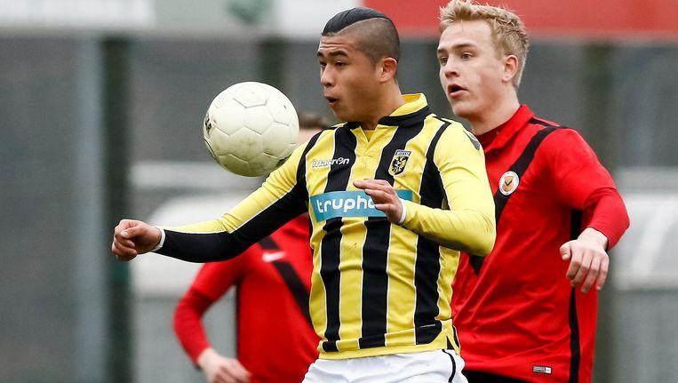 Yuning Zhang van Jong Vitesse in duel met AFC speler Danny Goedkoop (r). Beeld Pro Shots