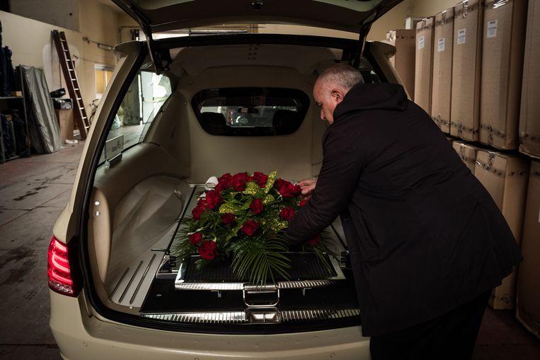 Bij begrafenisonderneming Marni is het een normale dag. Niet te vergelijken met een jaar geleden, zegt eigenaar Natale Marni. Beeld Nicola Zolin