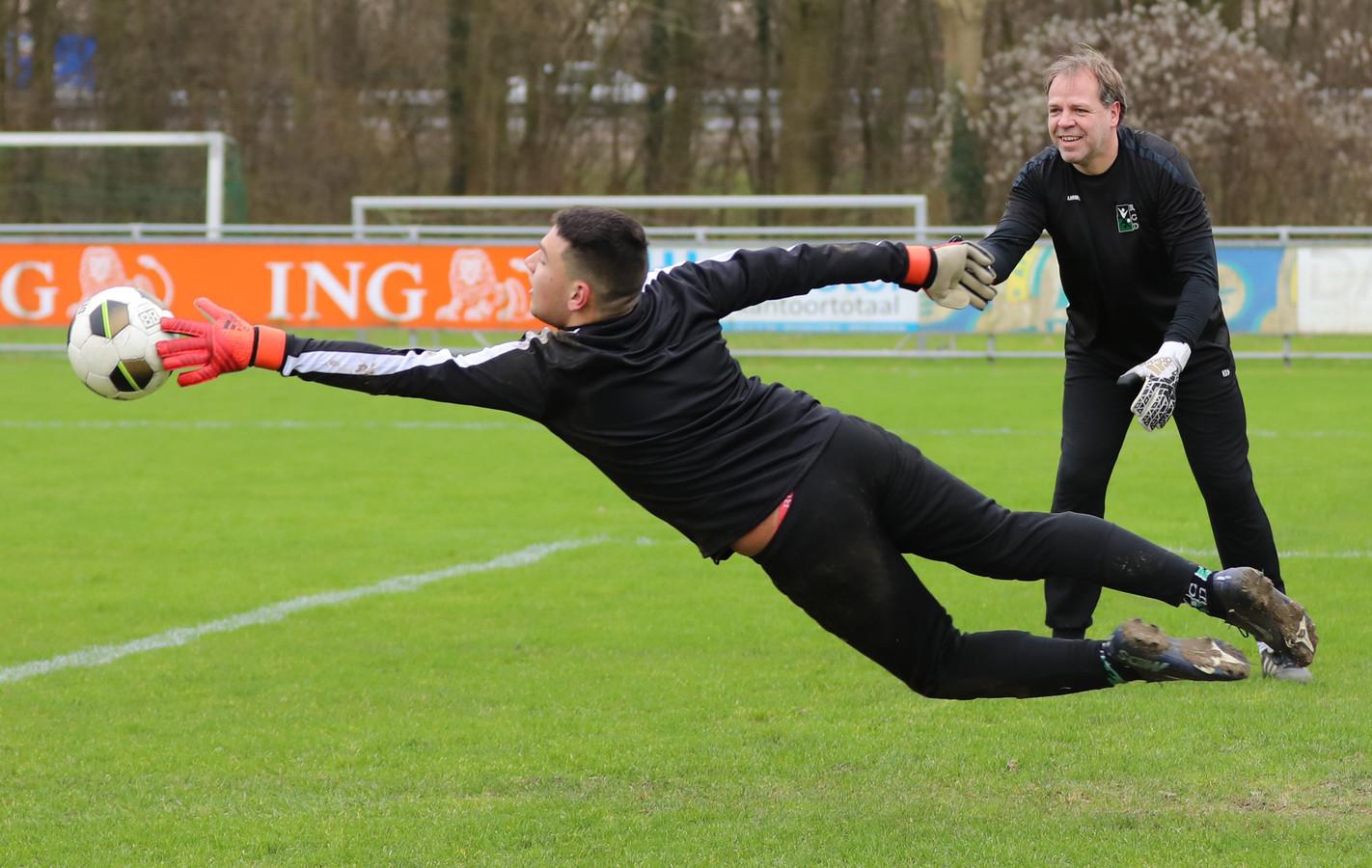 Marco Weggemans (50), hier als trainer aan het werk met jeugdkeeper Sevan de Jong, staat weer tussen de palen in de hoofdmacht van RCD.