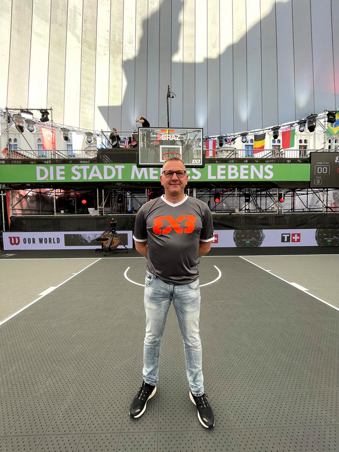 Marco van Apeldoorn uit Amersfoort, hier op een foto bij het OKT in Graz, was op de Spelen technical officer bij het 3x3 basketbal.