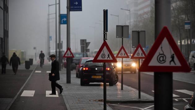 Vandaag doken vreemde verkeersborden op in verschillende drukke straten van Amsterdam. Het verkeersbord hoort bij de campagne 'Veilig bankieren' van de Nederlandse Vereniging van Banken en is erop gericht om consumenten te waarschuwen voor phishing.