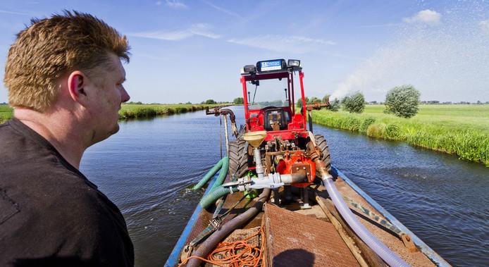 De Stichtse Rijnlanden begint deze week met het beregenen van de dijken.