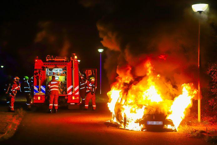 Een van de voertuigen die in vlammen is opgegaan in de Edese wijk Veldhuizen.