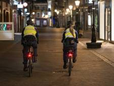 Politie deelt boetes uit voor overtreden avondklok; teststraat in lichterlaaie bij protest in Urk; 12 arrestaties in Stein
