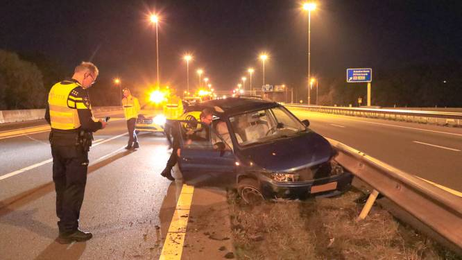 Auto klapt tegen vangrail op A28, bestuurder gewond