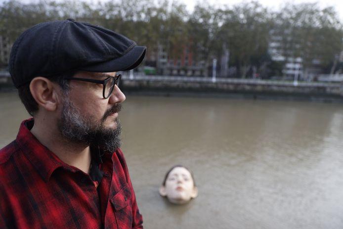 L'artista messicano Ruben Orozco con la sua statua sullo sfondo.
