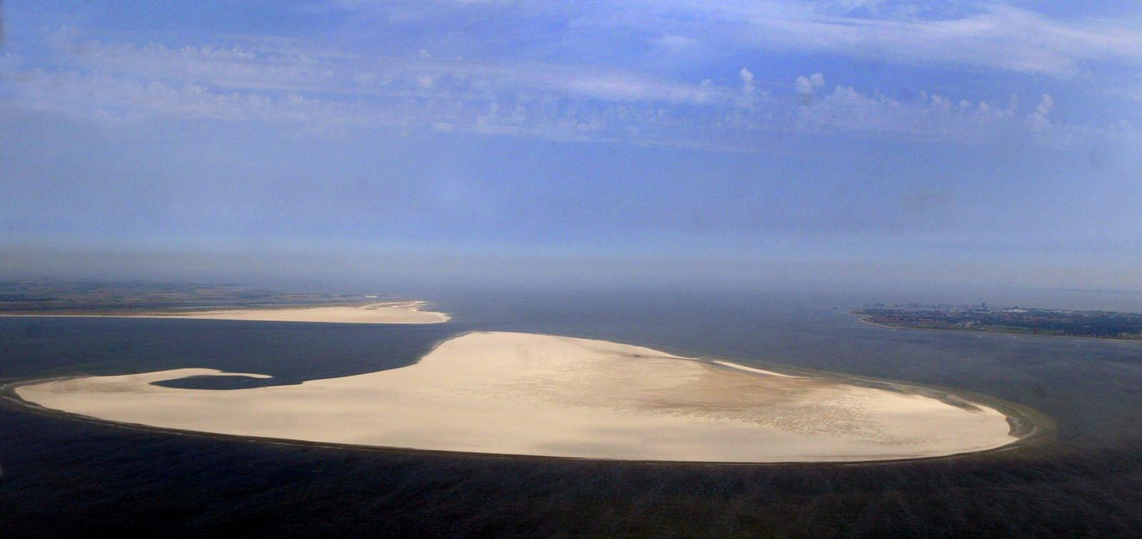 De zandplaat De Razende Bol, tussen Texel (links) en Den Helder (rechts)