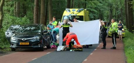 Mountainbiker klapt op stilstaande auto bij Ermelo, traumaheli ingezet