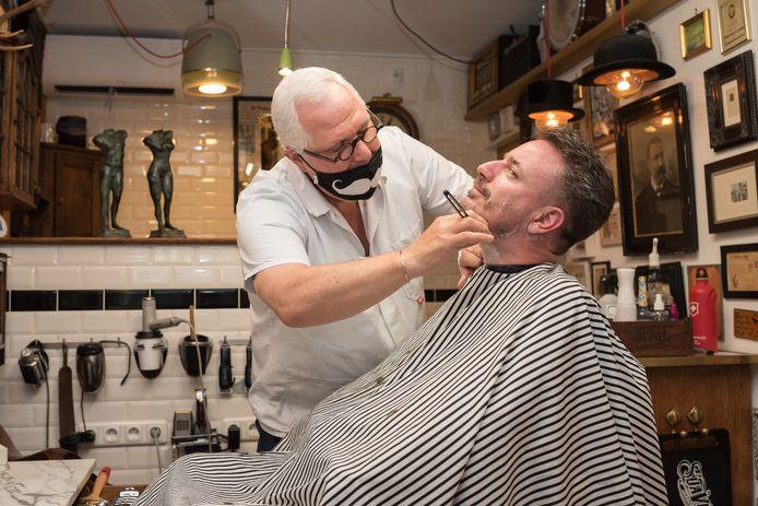 LSD-raadslid Robbert Lievense krijgt het mes op de keel gezet door kapper Rik Vermaat.
