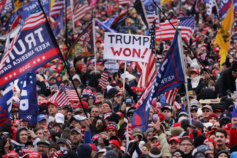 De spanning loopt op in Washington waar Trump-fans protesteren tegen vermeende stemfraude. Beeld AFP