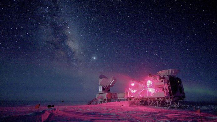 De South Pole Telescope en de BICEP Telescope op het Amundsen-Scottstation op de Zuidpool, met de Melkweg op de achtergrond.